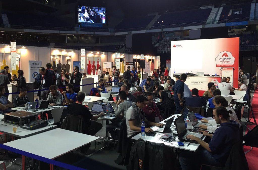 Equipos participando en el Hackathon